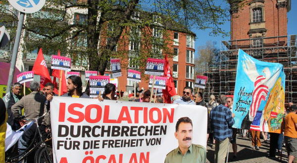 Hamburg'da Paskalya yürüyüşünde açlık grevi pankartları
